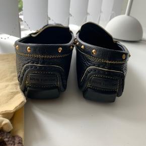 Vintage loafers: Fremstår i super flot stand, med få brugsspor på guld hardware - se evt billeder. Sko poser medfølger.  Svare nok mere til en 37 - 37,5 - eller lille 38