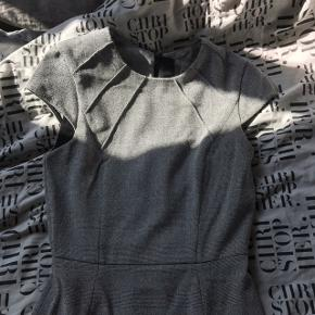 Kjole fra H&M. Brugt en gang til en galla fest, så den er næsten som ny. Str 36 - Kan passes af en str Xs/S Nypris var omkring de 300, men Byd!