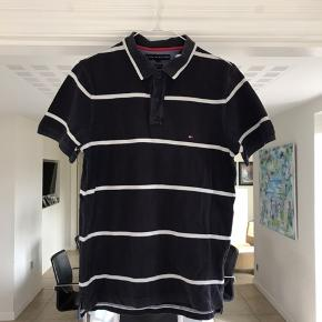 Skøn Polo fra Tommy Hilfiger! Den har mistet lidt af farven grundet helt almindelig brug og vask!  Fitter mindre end L!  Tjek mine andre varer ud for MÆNGDERABAT!💰