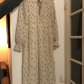 Meget smuk og yndefuld ganni kjole. Brugt én gang. Jeg sælger da den er for stor til mig. Der er ingen fejl/mangler på kjolen og jeg ryger ikke. Den kan eventuelt afhentes på KUA i dagstimerne eller på Nørrebro om aftener eller i weekenden. Den kan selvfølgelig også sendes. Skriv og giv et bud, er til at forhandle med 😁