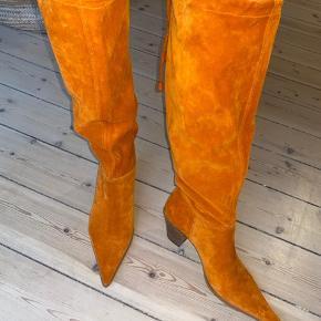 Italienske ruskindsstøvler i flot orange med snørredetalje på bagsiden. Str. 38. Næsten aldrig brugt.