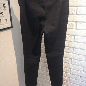 Sælger disse fine sorte bukser med lynlåse i siderne fra Samsøe Samsøe i str. Small. Den er næsten ik brugt og fejler ik noget.