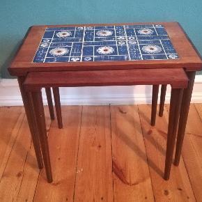 Fineste indskudsborde i palisander. Kakler på det største bord. 60x36x46.