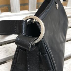 Fin sort taske, kalveskind,  fremstår som ny, ingen slid eller mærker.