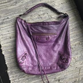 """Jeg sælger denne Balenciaga Day taske. Tasken er brugt men fremstår i fin stand 😊 Det er en oplagt skoletaske, da den kan indeholde en MacBook 13"""", bøger m.m. BYTTER IKKE"""