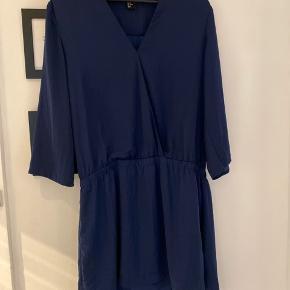Kjole fra H&M i mørkeblå næsten lignende Satin stof. Dejlig behagelig at have på