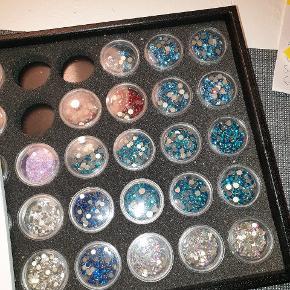 Swarovski krystaller no hotfix sælges. De er alle købt ved rhinstene.dk og kan regne ud med det jeg har at der er for over 3000kr  De er ikke rørt ved, kun taget direkte ud af posen og hældt i de små glas.   Listen over hvad der er af krystaller :  Siam ss16 2088 ca 250stk Capri blue ss12 2088 ca 150stk Aqua m ss16 2088 1440 stk Blue zircon shimmer 2088 ss16 1440stk Blue zircon shimmer 2088 ss12 ca 600stk Blue zircon shimmer 2088 ss20 ca 150stk Ab 2088 crystal ss12 1440stk Crystal ss12 2088 ca 200stk  Der følger lidt ekstra sten med i prisen fordi der ikke er mange af dem.  Hvis man er interesset har jeg også en helt ny 2 komponent lim special lavet af Swarovski til deres sten til smykkefremstilling, smykker,  jern,metal, plast mm. Den er ikke til stof/tekstil. Koster 195,- ( meget drøj)   #smykker #swarovski #krystal #smykkefremstilling