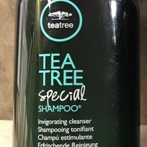 Ny og uåbnet  Paul Mitchell Tea Tree Special Shampoo 300 ml  BESKRIVELSE Tea tree special shampoo fra Paul Mitchell er en perfekt og rigtig god hverdags shampoo. Den indeholder tea tree olie, peppermynte og lavendel og går derved ind og øger hårets vitalitet og holder på farven i farvet hår. Den stimulere samtidig hovedebunden og vasker altid håret blødt og glansfyldt. Vil du gerne have en velplejet hår samt en hovedbund i balance, er Paul Mitchell Tea Tree Special Shampoo dit perfekte match. Shampooen renser nænsomt dit hår, og du efterlades med lokker fulde af liv samt en sund hovedbund med en opfrisket fornemmelse.  Fordele Shampoo Indeholder tea tree olie, peppermynte og lavendel Øger hårets vitalitet Holder på farven i farvet hår Stimulere hovedbunden Efterlader altid håre blødt og glansfyldt Alle hårtyper