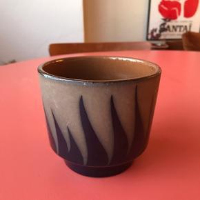 Flot retro urtepotteskjuler fra Tyskland med mønster på i smuk mørkeblå glasering 😍 ligner næsten bølger. Flot stand, har dog en lille prik hvor glasuren mangler ved foden, denne er medfødt 🌵 Måler ca. 10 cm i højden, og 11,5 cm i diameter.   Bemærk - afhentes ved Harald Jensens plads eller sendes med dao. Bytter ikke 🌸  🎀  Retro urtepotte potte urtepotteskjuler vase keramik wg tysk Germany west blå skjuler