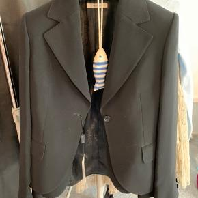 Har to identiske blazere fra Sand. Den ene har stadig prismærke på.   De sælges for 1000 kr. stk.