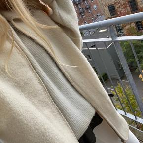 Jeg sælger denne vintage uld coat, der er perfekt som et varmt lag i efteråret/vinter 🌸 Der er ikke størrelse i men har oversized fit på mig der normalt er en størrelse small. Der er enkelte små skader på den som jeg gerne sender billeder af (et lille brændemærke nederst på det ene ærme). Den er købt for $65 fra en vintage butik i Canada.