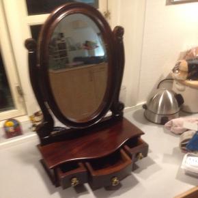 Fint gammelt mahogni facetslebet sminke spejl med 3 skuffer i meget fint stand. H 60 B 41 D 19 cm.  Spejlet måler 44 x 30 cm.