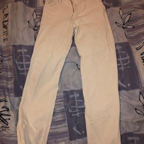 Sælger de her mega fede wrangler jeans i str S!  De er købt ubrugt, og er ikke brugt meget overhovedet  De har ret lange ben, og sidder rigtig godt:)