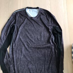 Super flot langærmet løbe t-shirt/overdel. Str XL. Brugt 1-2 gange. Er som ny. Nypris 599,-