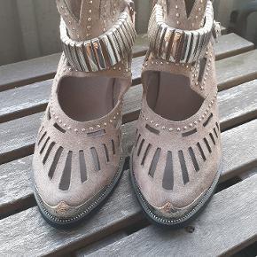 Aldrig brugt og har stadig originalt prismærke på skoen.