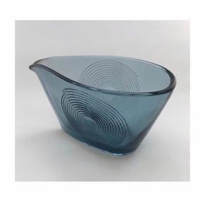 Glas flødekande med spiraldekoration fra Holmegaard designet af Per Lütken i 1960. h 6cm b 11cm