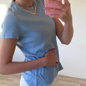 Blå monki t-shirt med hullet mønster. Trøjen er vasket omkring 5 gange, så er i super god stand. Jeg er en str. S, så trøjen fitter både s og m.