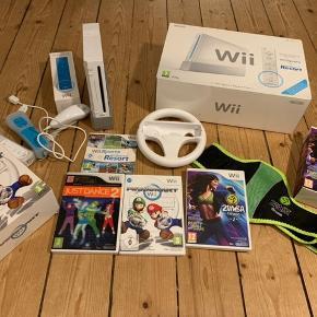 Sælger en Wii med nogle forskellige spil til. Alle ledninger, instruktionsbøger og papkasser er stadigvæk intakte og følger også med.  Prisen er til forhandling!🎮🎳🎯