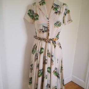 Fantastisk kjole fra Hell Bunny Wixen kæbt fra Mondo Kaos, str medium. Brugt engang, fejler intet men er for stor.