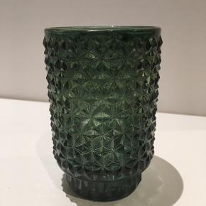 Fin lille vase i flaske grøn farve. 13 cm høj.