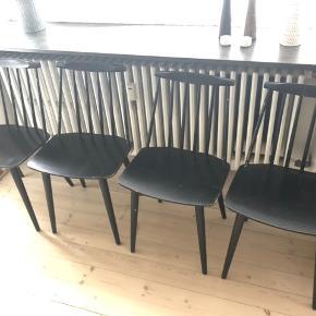 4 stk. Folke Pålsson mdf stole i original stort maling og med patina. Er faste i ryggen og i god stand. Med stempel. Kan hentes i København.