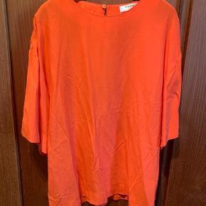 Tshirt fra Moss Copenhagen, aldrig brugt. Den har bare hængt i skabet. Størrelsen svare mere til en str. M☺️