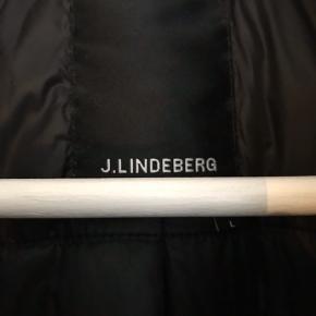 """Sælger min J. Lindeberg """"Mauer 77"""" bomberjakke / pilotjakke med lammeskind i kraven. Super lækker jakke, der kun er brugt en håndfuld gange, hvorfor den er som ny.   Kvittering haves. Nypris 2800 kr. Bud modtages gerne :-)"""