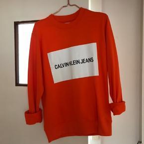 Splinterny Calvin Klein sweater med tag! Det er en size small til herrer.  Mødes gerne og handler i København.  Bytter ikke!