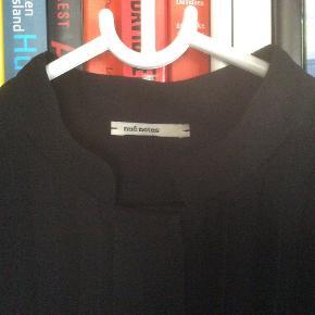 Meget fin, sort kjole fra Nué Notes med plisséringer og skjult knaplukning. Længde 93 cm. Brugt og vasket én gang. Mener nyprisen var 1600. Kan maskinvaskes og skal bare hænges op, så er den klar igen. Skal ikke stryges. Kjolen er helt dybsort, det er lyset, der driller.