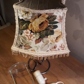 Fin gammel lampeskærm med rose motiv foran og bagved.  Der følger fatning med afbryder og justerbar skærm holder med. Det hele virker som det skal og er i rigtig fin stand 170 kr.