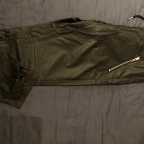 Brugt få timer og vasket.'knitre' lidt når man går. Ellers super lækre bukser i kunstlæder - np 500.-