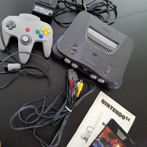 Super velholdt N64 ( 100% intakt )  1 org. Kontroller 1 kontroller 7 spil Org. Ledninger..   Dette er ikke en ny maskine, men retro, jeg har købt den fra ny for ca 22 år siden.. Ikke været brugt i 15 år, dog altid stået inde i mit hus... ingen fugt, eller skader