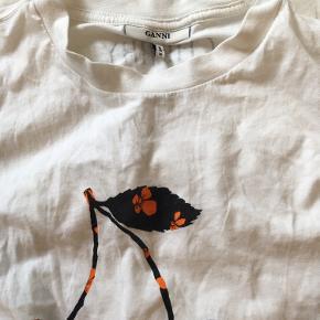 Vildt blød, cool t-shirt fra Ganni. Fitter SX/S/M