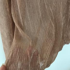Helt ny og ubrugt bluse med slå om effekt fra ze-ze med lækkert shine i stoffet. Ny med mærke