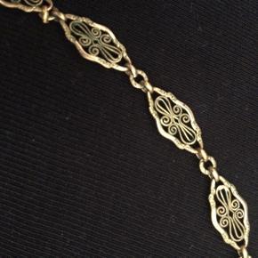 Virkelig flot guldbelagt vintage halskæde. Er desværre en smule for kort til mig, så nu kan den blive din😊 Den er 44 cm lang inkl lås.   Se også mine andre annoncer, og giv et bud!