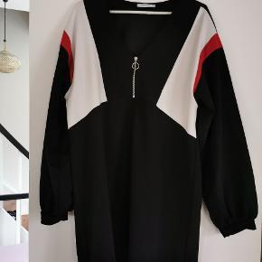 Fed sporty kjole i viskose med lynlås ved bryst og v-udskæring. Let balloneffekt i ærmer. Brugt 3-4 gange.