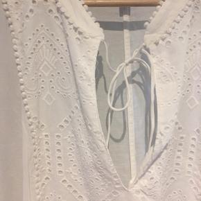 Fluffy hvid kjole med broderi✨Aldrig brugt