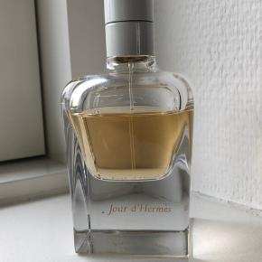 Lækker blomsterduft Jour d'Hermés Eau de Parfum 85 ml. Der er knap 2/3 af duften tilbage i flakonen. Den har været opbevaret mørkt og køligt.