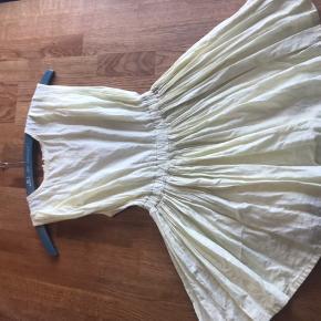 Fineste kjole i sart lysegul. Fungerer både med bare arme og en langærmet under når vejret bliver koldere! Flot når man drejer rundt.