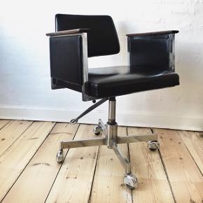 Vela deluxe kontorstol fra 1960'erne i flot stand. Betrukket med sort skai og med palisander  armlæn