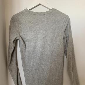 Klassisk lysegrå bluse fra Ralph Lauren. Fremstår i meget god stand.