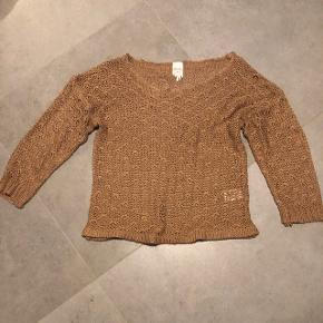 Sweater fra Monki i str. xs/s. Trøjen er mere gennemsigtig pga den hullede striktype, hvilket ikke ses så tydeligt på billedet. Trøjen er brugt, men stadigvæk i fin stand. Afhentning eller forsendelse kan aftales.