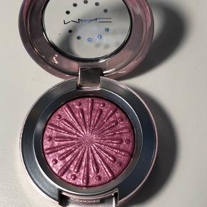 Extra Dimension Foil Eye Shadow fra MAC's nye julekollektion i farven Explosive Chemistry Aldrig brugt eller swatched