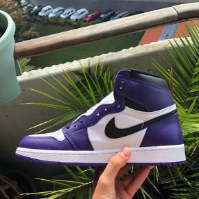 🟣Air Jordan 1 High - Court Purple🟣 Str: 42,5 Cond: Deadstock 10/10 Boks medfølger   De super lækre air Jordan 1 High court purple, super fedt par sneaks i sig selv, men også en sko man kan købe hvis man tænker på investeringer, da den kun går en vej ligenu📈  Har en masse andet til salg tag et kig🤩  Ps. Også ledig i størrelse 44