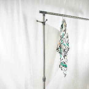 - BENYT 'KØB NU'-KNAPPEN VED KØB -  ⚫️BESKRIVELSE Hvid vintage skjorte fra Christian Dior Separates. Skjorten har korte bredde ærmer, et længere bagstykke og en påsyet brystlomme. Den har et mønster i sort, orange og grøn, og er i et let rayon stof.  ⚫️DETALJER Mærke: Christian Dior Separates Stand: God, men brugt Fejl/Mangler: Er gået op i nogle få sting på det ene bryst og på det ene ærme (se billeder) Materiale: 100% Rayon  ⚫️STØRRELSE Størrelse: UK10 (svarende til en international størrelse S) Fit: Normal i størrelsen (se mål) Pasform: Løstsiddende Mål: Længde: 70 cm Brystmål: 54 cm Taljemål: 53 cm Skuldermål: 43 cm Ærmelængde: 22 cm  Tøjet er målt liggende fladt ned. Se illustrationer og nærmere forklaring af, hvordan tøjet måles på vores hjemmeside
