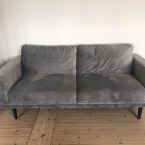 """Flot sofa sælges grundet flytning til udlandet. Nypris 5000 kr. Modellen """"Mexico"""" fra ILVA. Stoffet er grå velour."""
