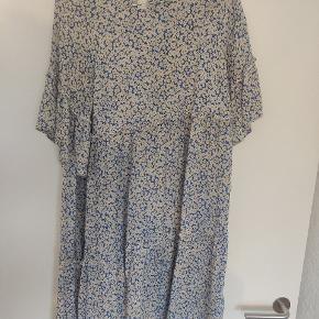 Blomstret kjole fra Moves i blå/hvide nuancer. Str. 36.