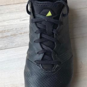 Varetype: Fodboldstøvler med sok Størrelse: 38 Farve: Sort  Lidt slid på sål indvendig, se billede ellers meget fin stand.  Bytter ikke