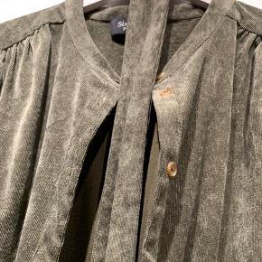 Fløjl kjole skjorte. Brugt ganske få gange og fejler ingenting. Bælte følger med. Nypris 499.  Sælges for 125 pp