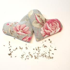 Lavendel duft på hjerte fra Walina  Romantiske lavendel-fyldte hjerter, udarbejdet i grønt floralt stof. Prisen er pr stk  De måler 14 x 11 cm.  Brug dem i skuffer, så dit tøj dufter dejligt, eller pynt op i dit hjem. Nogle bruger dem også som beroligende middel, og lægger dem under hovenpuden.  Jeg kan handle med mobilpay: Jeg sender gerne med post nord til din postkasse (+10 kr 5 dages leveringstid eller 29 kr 1 dags leveringstid), hvis du ikke kigger forbi og henter den. Jeg kan handle via Tradono med DAO pakkepost (+32 kr), hvor du afhenter pakken ved ønsket DAO udleveringssted  Mvh Lise